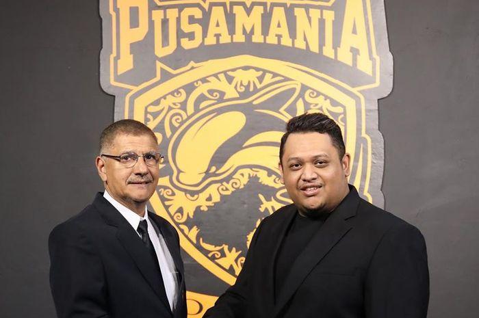 Pelatih baru Borneo FC, Edson Tavares (kiri) bersama Presiden Klub, Nabil Husein (kanan), dalam sesi perkenalan di Stadion Segiri, Samarinda, pada Senin (20/1/2020).