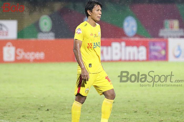 Bek Bhayangkara FC, Achmad Jufriyanto, ketika laga Bhayangkara FC malawan Persija Jakarta di Stadion PTIK, Melawai, Jakarta Selatan (14/3/2020)