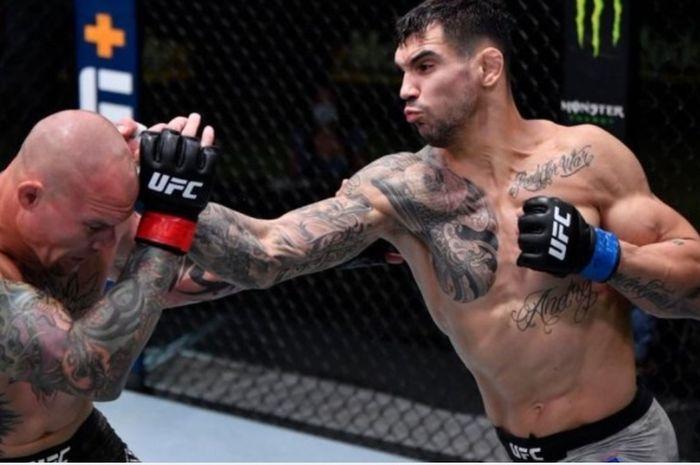 Aleksandar Rakic (kanan), menang telak atas Anthony Smith di UFC Fight Night 175, Minggu (30/8/2020).