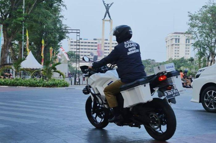 Anies Baswedan mengendarai Kawasaki Versys 250