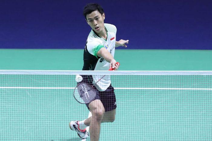 Aksi Shesar Hiren Rhustavito pada babak kedua Thailand Open 2019 kontra Lin Dan (China) yang digelar Kamis (1/8/2019)