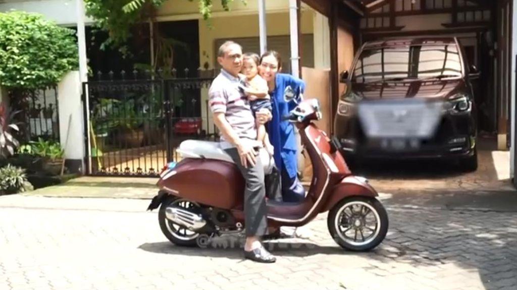 Wuih Artis Ayu Dewi Beri Hadiah Motor Vespa Primavera Edisi Spesial Untuk Sang Ayah Motorplus
