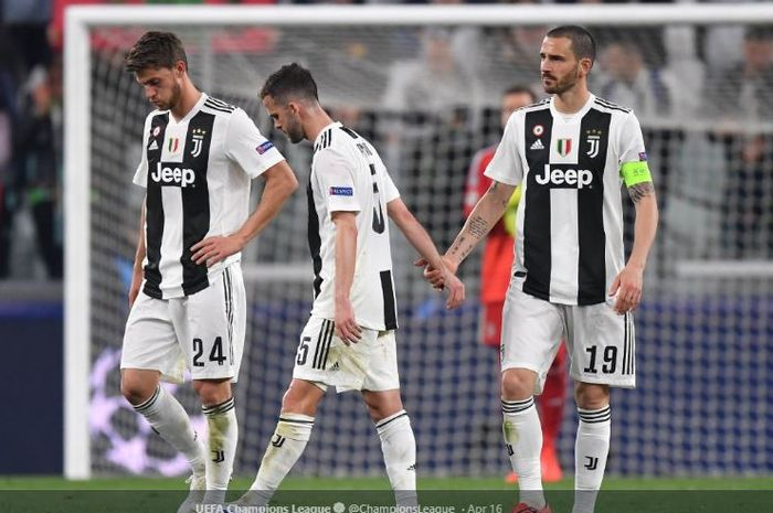 Tiga pemain Juventus, Daniele Rugani (kiri), Miralem Pjanic, dan Leonardo Bonucci, tertunduk lesu setelah disingkirkan Ajax Amsterdam pada babak perempat final Liga Champions 2018-2019.