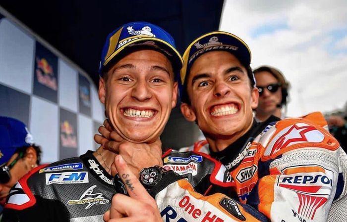 Fabio Quartararo (kiri) dan Marc Marquez (kanan) sedang merayakan hasil kualifikasi MotoGP Spanyol 2019.