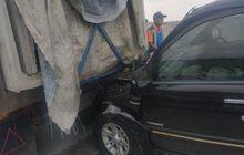 Panther Sundul Pantat Truk, Wajah Ringsek Menancap di Kolong