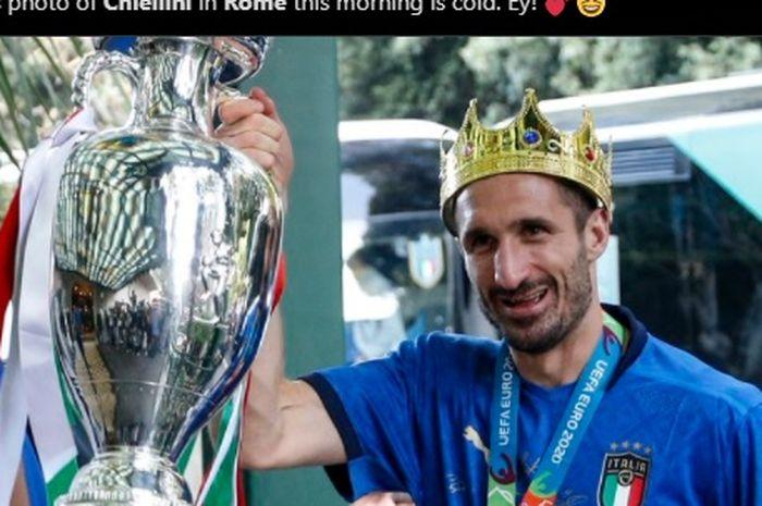 Kapten timnas Italia, Giorgio Chiellini, bergaya bak raja sambil memaki mahkota saat tiba di Roma