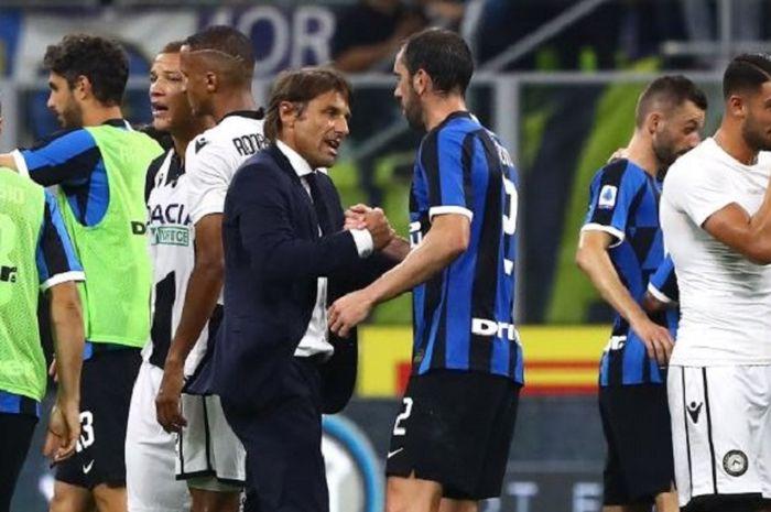 Pelatih Inter Milan, Antonio Conte, menyalam Diego Godin (kanan) seusai laga Liga Italia melawan Udinese di Stadion Giuseppe Meazza, Sabtu (14/9/2019).