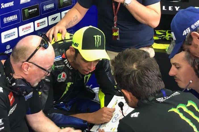 Pembalap Monster Energy Yamaha, Valentino Rossi sedang berdiskusi dengan krunya pada MotoGP Catalunya 2019