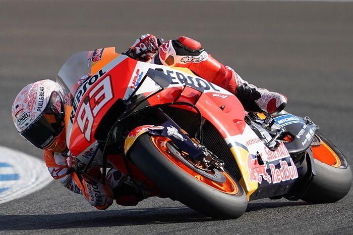 Pembalap Repsol Honda, Marc Marquez, ketika melakoni sesi latihan bebas MotoGP Spanyol di Sirkuit Jerez, Spanyol, 17 Juli 2020.