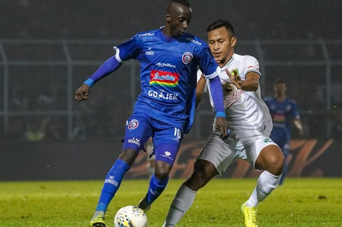 Aksi gelandang Arema FC, Makan Konate (kiri) berduel dengan pemain Persebaya Surabaya, Osvaldo Haay, pada final leg kedua Piala Presiden 2019 di Stadion Kanjuruhan, Malang, Jumat (12/4/2019).