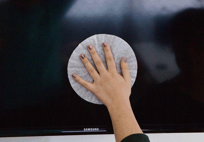 Filter kopi dapat digunakan untuk membersihkan layar TV
