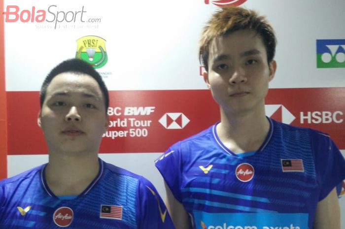Pasangan ganda putra Malaysia, Aaron Chia/Soh Wooi Yik, berpose setelah laga semifinal Indonesia Masters 2020 di Istora Senayan, Jakarta, Sabtu (18/1/2020).