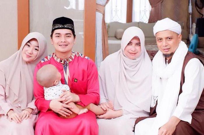 Istri pertama ustaz Arifin setia dampingi suami yang sakit, begini perjalanan cintanya