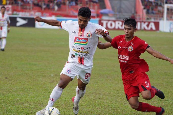 Aksi pemain Persija Jakarta, Heri Susanto (kiri) pada laga kontra tuan rumah Semen Padang di Stadion Haji Agus Salim, Kamis (7/11/2019).