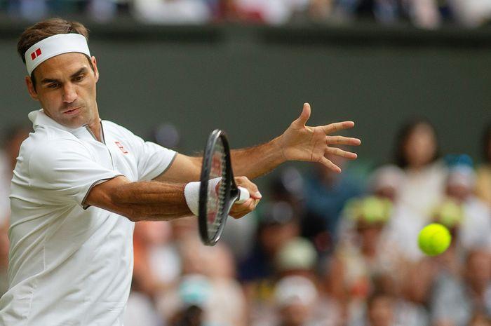 Petenis putra Swiss, Roger Federer, saat menjalani pertandingan melawan Matteo Berrettini (Italia) pada babak keempat Wimbledon 2019.