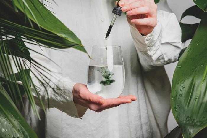 Minum klorofil cair diklaim dapat menghilangkan jerawat.