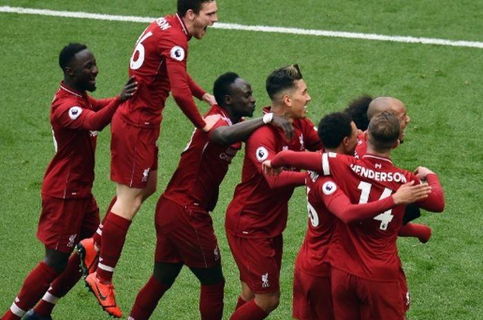 Para pemain Liverpool merayakan gol Mohamed Salah usai sang pemain membobol gawang Chelsea di Anfield, Minggu (14/4/2019)