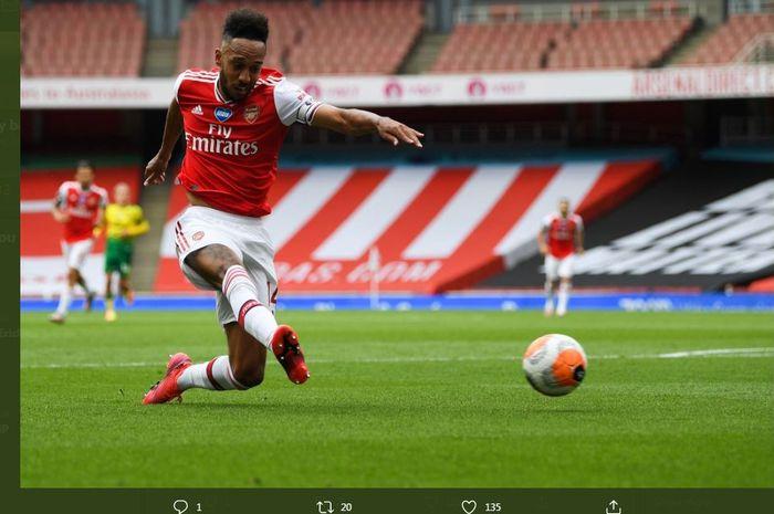 Pierre-Emerick Aubameyang mencetak gol Arsenal ke gawang Norwich City dalam lanjutan Liga Inggris di Emirates Stadioum, 1 Juli 2020.