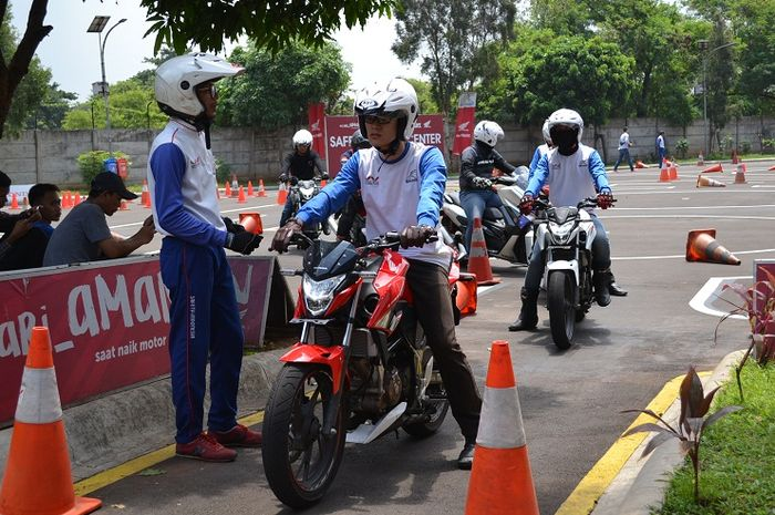Edukasi safety riding di atas motor Honda