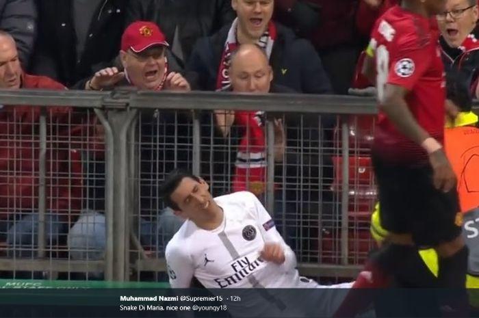 Winger PSG, Angel Di Maria, terjerembab seusai ditabrak pemain Manchester United, Ashley Young, dalam partai Liga Champions di Old Trafford, Selasa (12/2/2019)