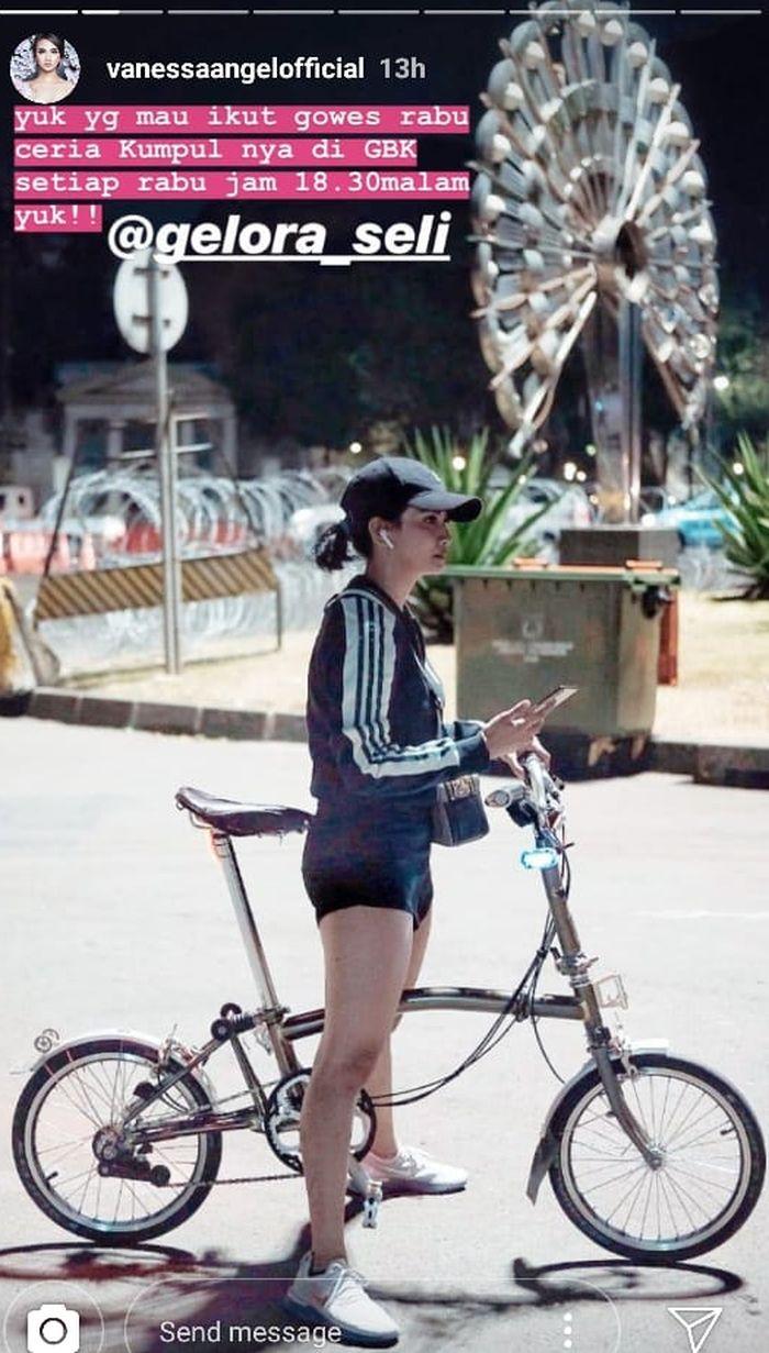 Gaya sporty Vanessa Angel saat bersepeda