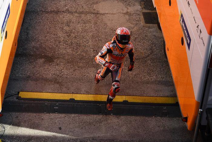 Jatuh dalam kualifikasi MotoGP San Marino, Marc Marquez berlari menuju garasi tim Repsol Honda untuk melanjutkan sesi kualifikasi