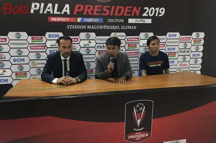 Pelatih Borneo FC, Fabio Lopez (kiri), saat menghadiri sesi konferensi pers seusai laga kontra Persija Jakarta pada ajang  Piala Presiden 2019, Selasa (5/3/2019).