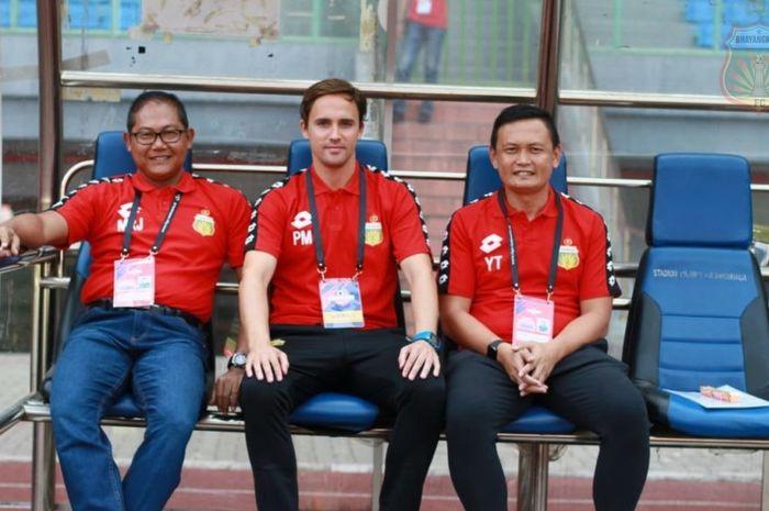 Pelatih anyar Bhayangkara FC, Paul Munster diapit Manajer tim Sumardji dan Direktur Teknik Yeyen Tumena pada saat diperkenalkan di Stadion Patriot, Kota Bekasi, 31 Agustus 2019.