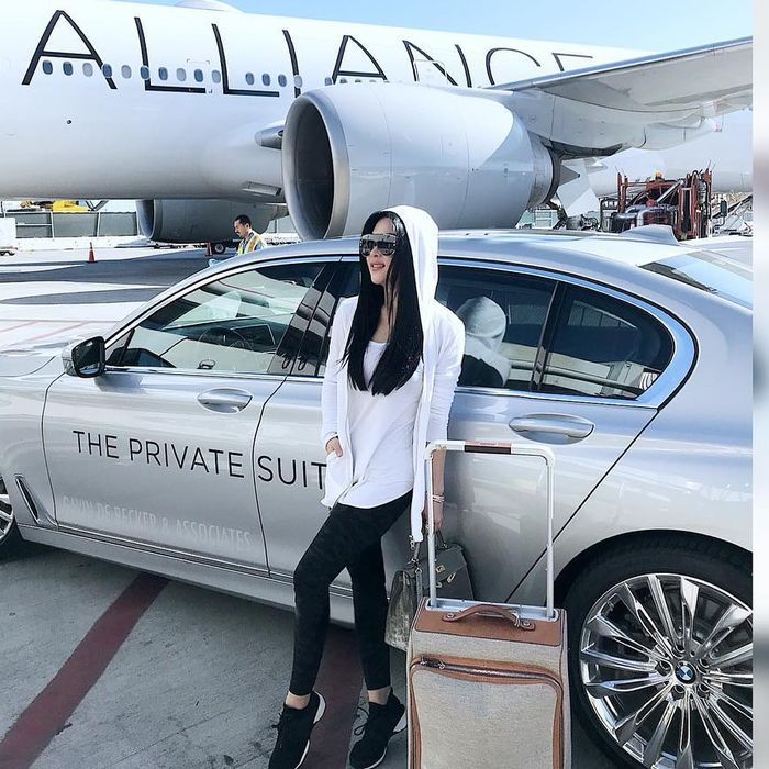 Syahrini keliling luar negeri dengan fasilitas privat jet