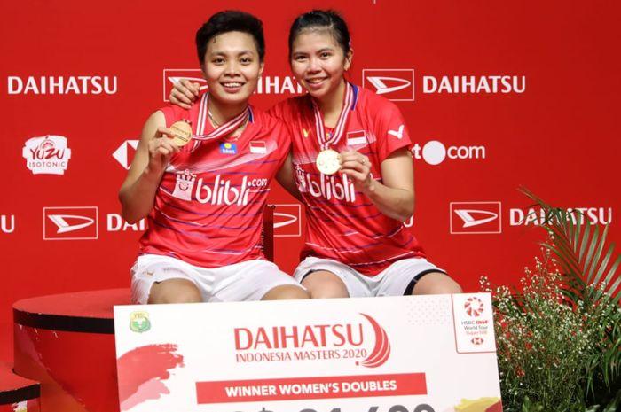 Pasangan ganda putri Indonesia, Greysia Polii/Apriyani Rahayu, berpose di podium kampiun bersama medali emas yang diraih usai memenangi laga final Indonesia Masters 2020 di Istora Senayan, Jakarta, Minggu (19/1/2020).