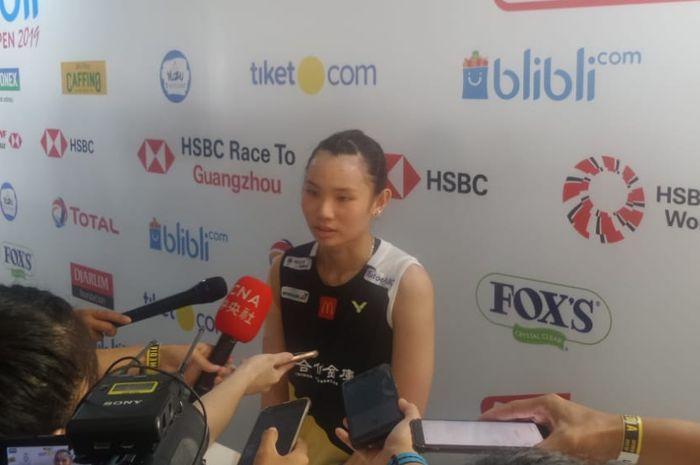 Pebulu tangkis tunggal putri Taiwan, Tai Tzu Ying, menjawab pertanyaan awak media di area mixed zone setelah tersingkir dari babak semifinal Indonesia Open 2019.