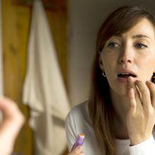 Bisa Memicu Penyakit! Hentikan Mengoleskan Lip Balm dengan Jari