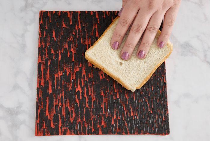 Roti tawar bisa digunakan untuk menghilangkan debu pada lukisan