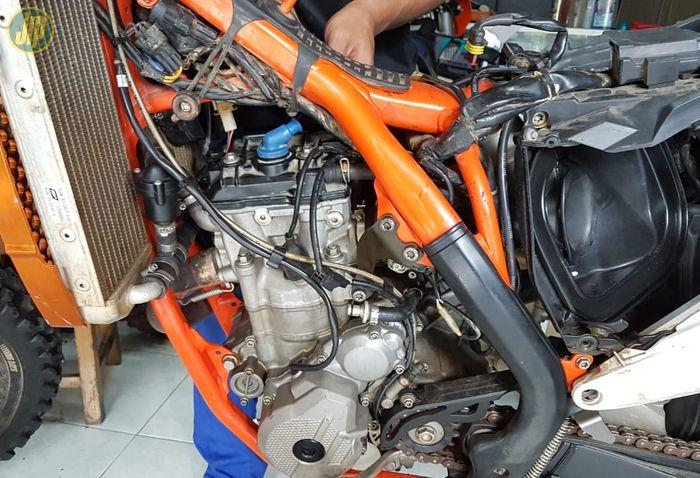 Mesin KTM 350 EXC-F Six Days sedang servis