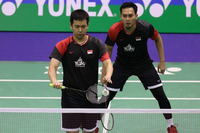 Pasangan ganda putra Indonesia, Mohammad Ahsan/Hendra Setiawan, bersiap melepas servis saat bertanding melawan Li Junhui/Liu Yuchen (China) pada semifinal Hong Kong Open 2019.