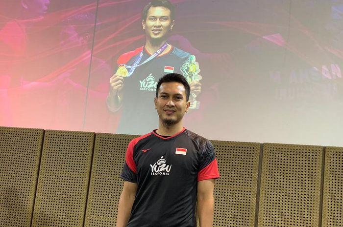 Pebulu tangkis ganda putra Indonesia, Mohammad Ahsan, berpose seusai menerima bonus dari Djarum Foundation di Jakarta, Rabu (4/9/2019).