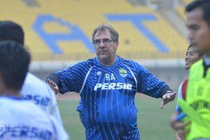 Striker Asingnya Keliru Tes Covid-19, Ini Kata Pelatih Persib Bandung