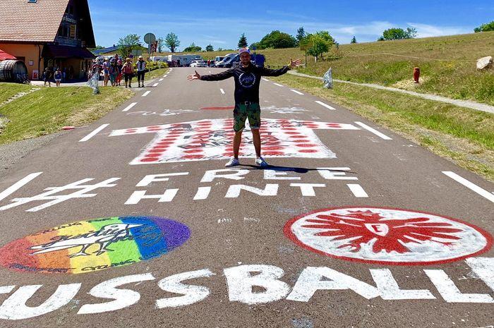 Seorang fans mewarnai jalur yang akan dilewati Tour de France 2019 dengan tagar #FreeHinti.
