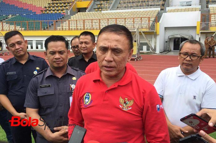 Ketua Umum PSSI, Mochamad Iriawan alias Iwan Bule, memberikan keterangan kepada wartawan ketika meninjau Stadion Pakansari, Bogor.