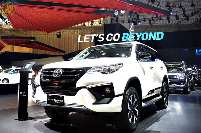 Ilustrasi Toyota Fortuner VRZ TRD Sportivo di sebuah pameran otomotif
