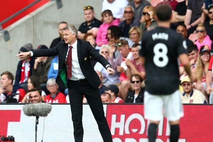 Ole Gunnar Solskjaer (kiri) saat mendampingi Manchester United dalam laga lanjutan pekan keempat Liga Inggris 2019/20, Sabtu (31/8/2019).