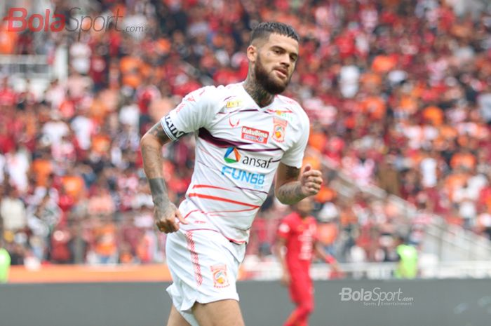 Bek Borneo FC, Diego Michiels, saat pertandingan melawan Persija Jakarta di Stadion Utama Gelora Bung Karno, Jaakarta, (1/3/2020)
