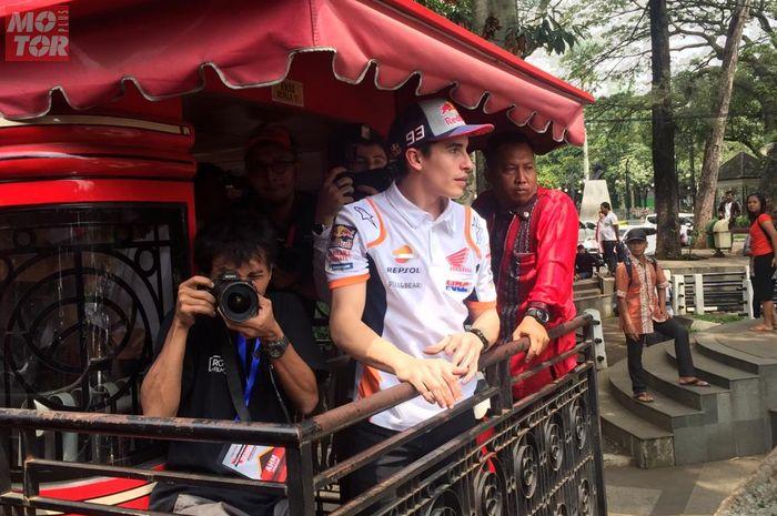 Juara dunia MotoGP 2018, Marc Marquez, mengelilingi kota Bandung, Jawa Barat, menggunakan bus pariwisata, Sabtu (9/2/2019).