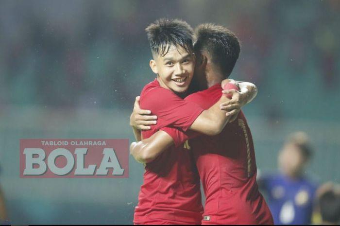 Pemain timnas u-19 Indonesia, Witan Sulaeman dan Saddil Ramdani, merayakan gol ke gawang timnas u-19