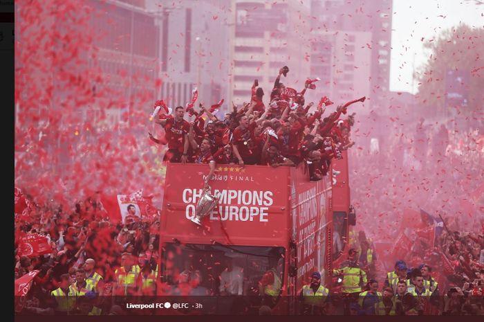 Parade kemenangan Liverpool yang menjuarai Liga Champions musim 2018-2019 di jalanan kota Liverpool, Minggu (2/6/2019).