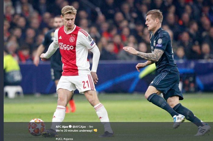 Frenkie de Jong saat berebut bola dengan Toni Kroos pada laga leg pertama babak 16 besar Liga Champions di Johan Cruyff Arena, Rabu (13/2/2019) atau Kamis dini hari WIB.