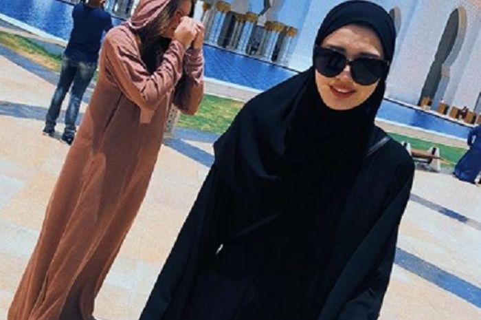 Pevoli cantik Kazakhstan, Sabina Altynbekova mengenakan hijab saat berada di Grand Mosque di Abu Dhabi.