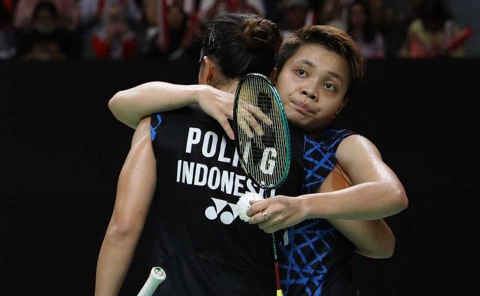 Pemain ganda putri Indonesia, Apriyani Rahayu, memeluk Greysia Polii.