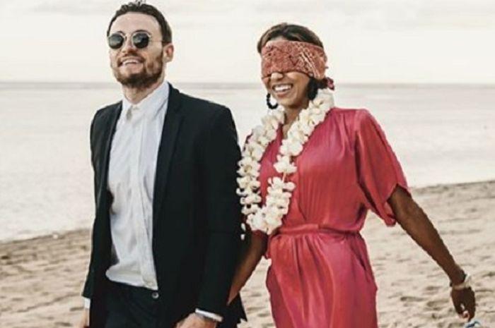 Pemain PSM Makassar, Marc Klok bersama sang kekasih Chacarel Day dalam prosesi lamaran di Pulau Dewata, Bali.