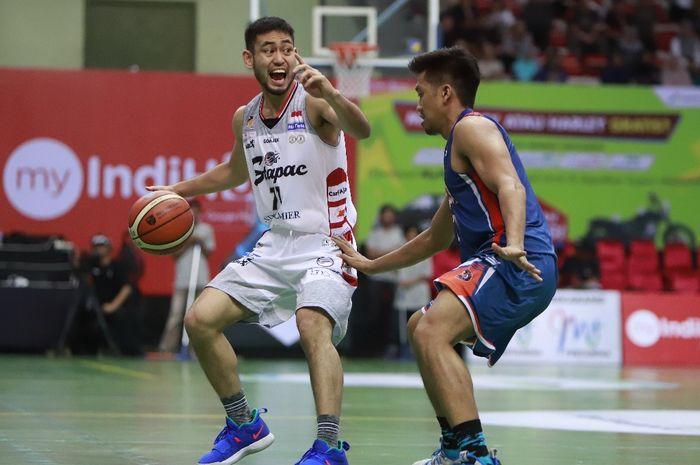 Pemain Stapac Jakarta, Widyantaputra Teja, memberi instruksi kepada rekan-rekan setimnya saat menghadapi big match kontra Pelita Jaya Jakarta di GOR UNY, Yogyakarta, Jumat (15/2/2019).